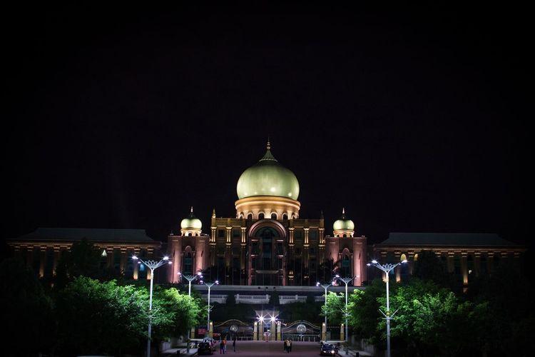 Near Dataran Putrajaya Night Building Exterior Architecture Built Structure Dome Illuminated EyeEmNewHere The Architect - 2018 EyeEm Awards The Traveler - 2018 EyeEm Awards