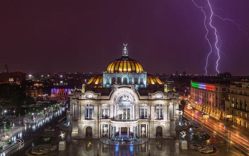 Palacio de bellas artes against lightning at night in city