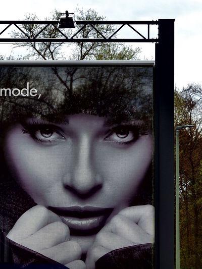Transparente Werbung Day Focus On Foreground Frau Gesicht Headshot Human Face Lifestyles Outdoors Portrait Sky Werbebanner