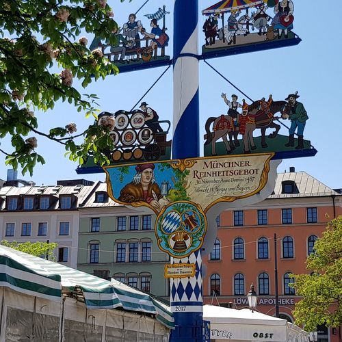 oh Bavaria Galaxys8 Fotoexpeditionen Rwfart EyeEmNewHere Eyeemphotography Germany Viktualienmarkt München Munich Traditional Building Maibaum City Road Sign Blue Sky Architecture Building Exterior Built Structure Signboard