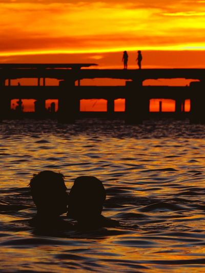 Amor banhado Sunset Silhouette Water Sea Nature Reflection Beach Outdoors Sun Tranquility Scenics Travel Destinations Beauty In Nature Horizon Over Water Sky Day Love Kiss Lgbt