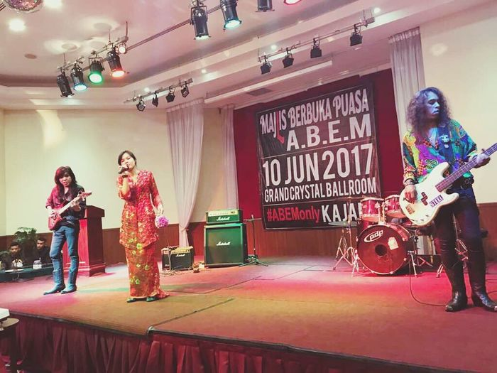 Sing. Enjoyment Singing Singer  Liveperformance Music Redkebaya Stage Love Girl Enjoy Audience