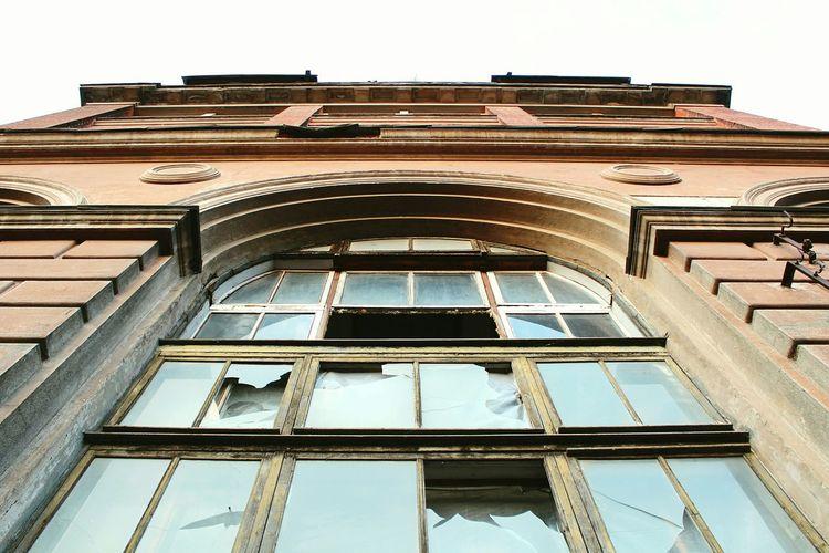 Streetphotography Streetphoto_color Urban Geometry Urban Decay Broken Window Lookingup