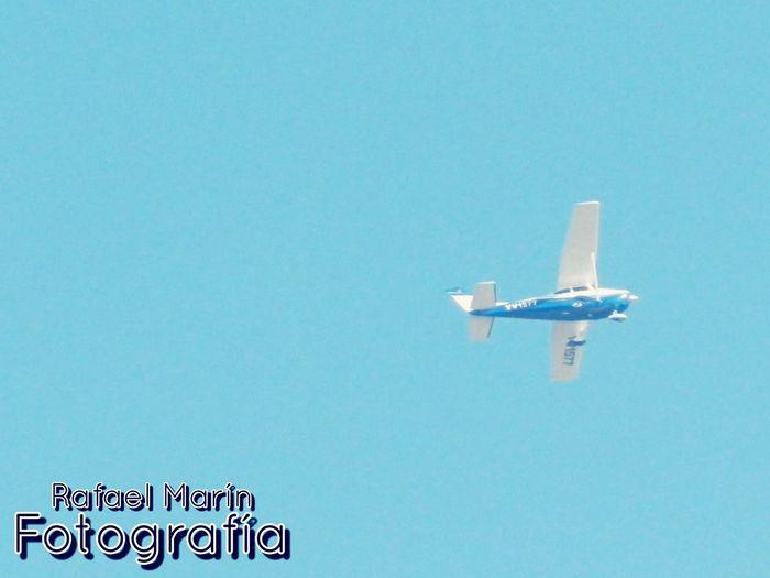 Un infinito cielo azul/ avioneta en su esplendor Hello World