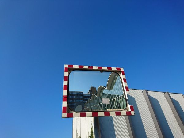 mirror in Quadrat ...show me architecture! Showcase March Midcentury Modern Architecture Mirror In The Mirror Reflection Mirror Reflection Blue Sky Q Blue Wave
