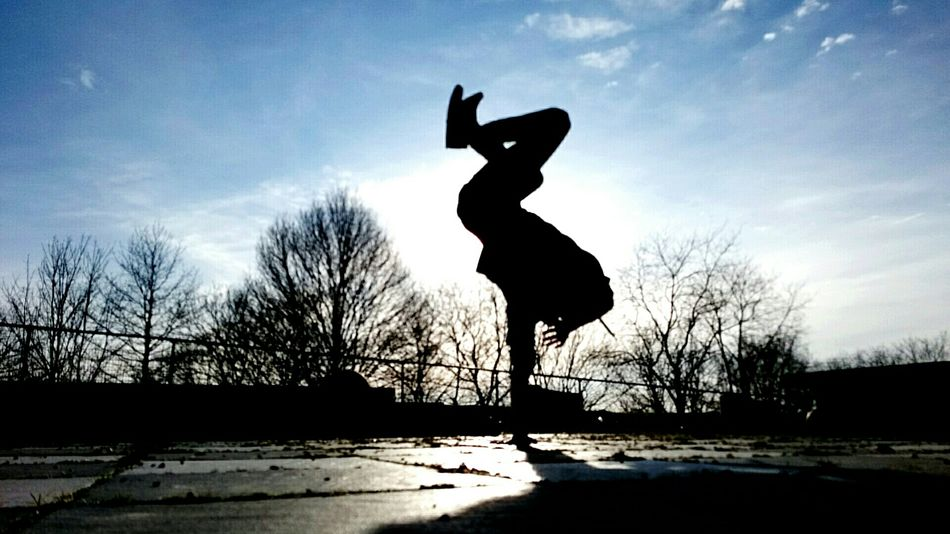 Breakdancing at a sunday evening Sunshine Enjoying The Sun Enjoying Life Relaxing Silhouette The Places I've Been Today Taking Photos Just Relaxing Breakdancing Sun And Sky