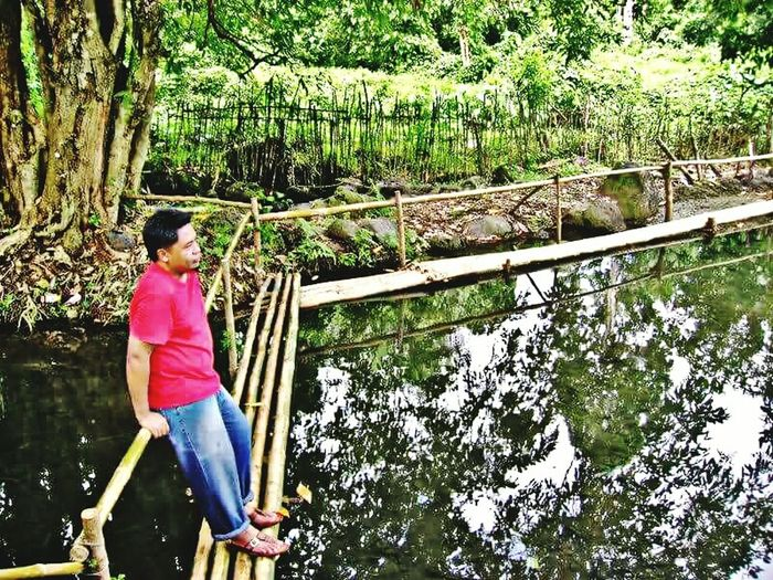 Tree One Person Outdoors Casual Clothing Day Water Lifestyles Leisure Activity Standing Real People Full Length Nature Growth Young Adult Beauty In Nature People Adult Bamboo Bamboo Bridge Floating Bridge Water Reflections Pond Jeans Blue Jeans Red Shirt Sommergefühle Breathing Space