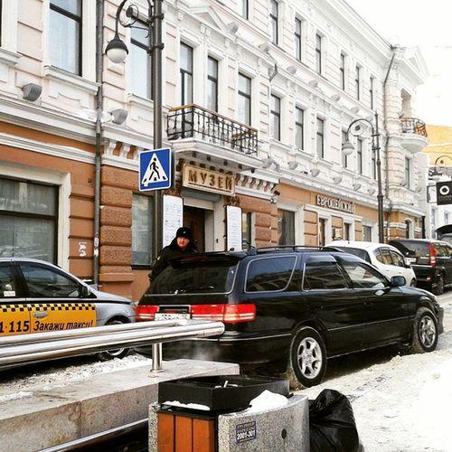 Владивосток странный город. Люди не стараются занять места в автобусе, в клубах танцуют на барной стойке (я не про девочек гоу-гоу), а охранники им опладируют, и люди (даже господа полицейские) уступают дорогу водителям на пешеходе. парадок Vladivostok Russia Paradox Policeman