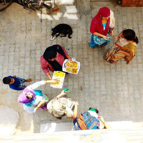 Wemen Celebrating Holi Holi Festival Of Colors Happy Holi Festival Foods Indian People Hindu Festival Indian Culture