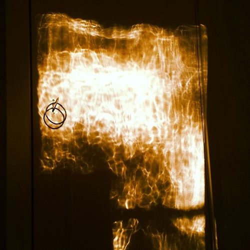 Solens Strålar genom ett Gammalt Handblåset fönster mot en skåpsdörr ger lite speciella effekter :)