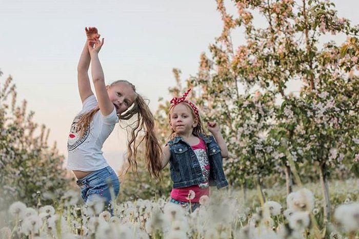 А мы такие зажигаем!!! беларусь Природа весна май девочка доченька яблони сад красота Belarus Nature Photo Spring Daughter Girl Lusienka_pilets Canon