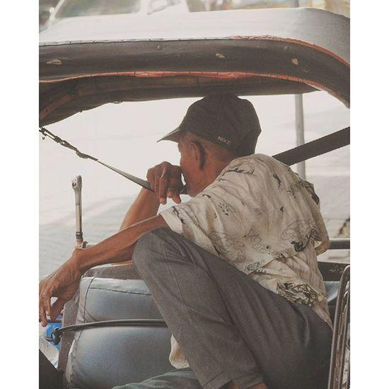 """"""" becak """" ===== Alat transportasi yang sudah langka Alat transportasi ini msih banyak di temukan di semarang terutama di sekitar pasar johar.. ===== Geonusantara Visitsemarang Becak Visitjateng indonesia photografer fotokitaid natgeotravel natgeoindonesia"""