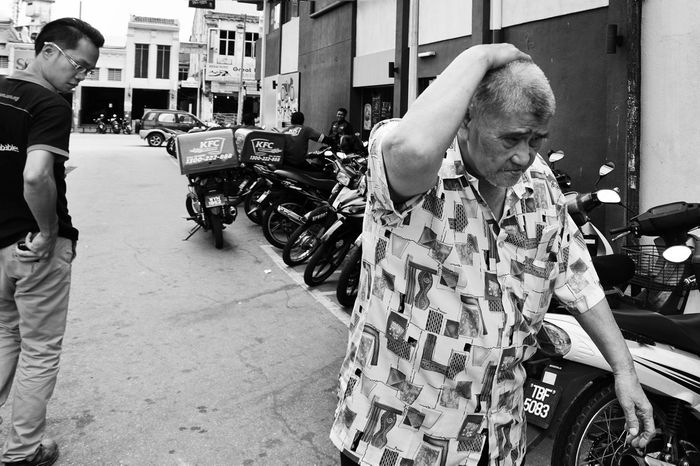 THINKING Enjoying Life Black And White Streetmagazine Human Interest Alifgawausin Agoesalwie EyeEm Gallery Fresh On Eyeem  Everydayasia Urban Lifestyle Streetphotographers Urbanlife Photostreet Urban Photography Street Photography Streetart The Street Photographer - 2016 EyeEm Awards Peopleonthestreet Monochrome Photography