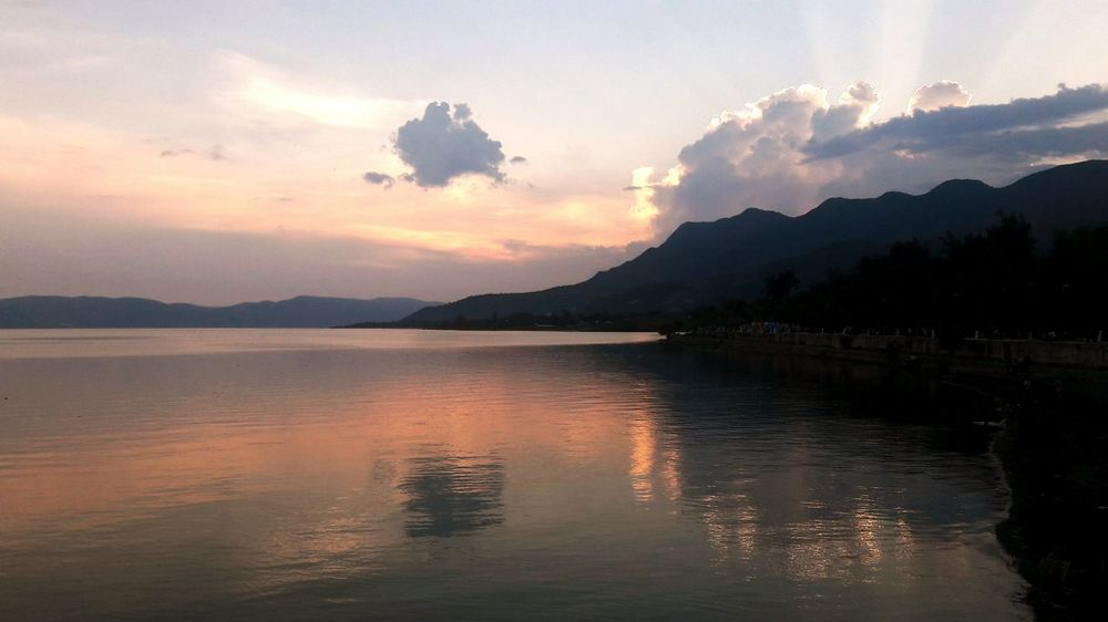 Bello atardecer en el lago.🌅 || Reflection Landscape Mountain Lake Outdoors Water Nature Sunset Scenics Beauty In Nature Sky No People Nature_perfection Landscape_Collection Beauty In Nature Lake View Nature Tranquility Beautiful Sunset_collection Outdoor Photography Sunset And Clouds  Clouds Sky And Clouds Sunset Lovers