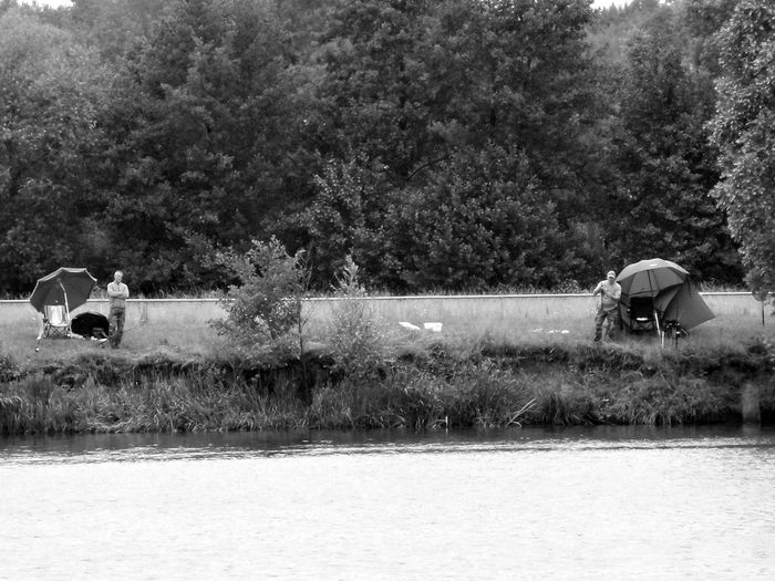 ... warum beißt bei mir keiner ... !? Black And White Photography Blackandwhitephotography Angler, Fisher, Fisheries Worker, Fishermen, Job, Work, Anglers Competition Two Men Lakeside Anglers At The Lake Nature Photography Landscapes Lakeshore Passion Photo Hobbytime Kinzigsee, Germany🇩🇪 Tree Water Water Slide Motion The Traveler - 2018 EyeEm Awards The Photojournalist - 2018 EyeEm Awards