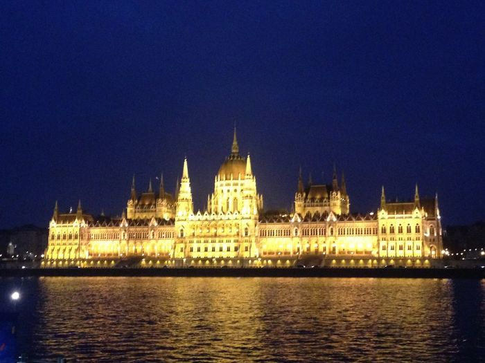 Parlamento Ungherese Budapest Danubio River Danubio City Ungheria Parlamento Parlamento Húngaro Parliament Hungarian Parliament Building Hungary Building Exterior Illuminated Water Built Structure Waterfront Architecture Travel Destinations Tourism Government Gothic Style River