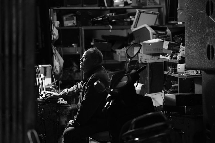 Make A Commitment And Work Hard Now. You Will Have All The Time To Party And Relax After You Have Done Your Hard Work. Streetphotography Streetphotography_bw Streetphotographer Blackandwhitephotography Bw Challengerstreets Blackandwhite Fromstreetswithlove Zonestreet Cityphoto Streetfeat Photoobserve ASPfeatures Photooftheday Qrimages Macau🇲🇴 China🇨🇳 ASIA Fuji Fujifilmxseries Photojournalist Photojournalism Fujifilm Ig Occupation Skill