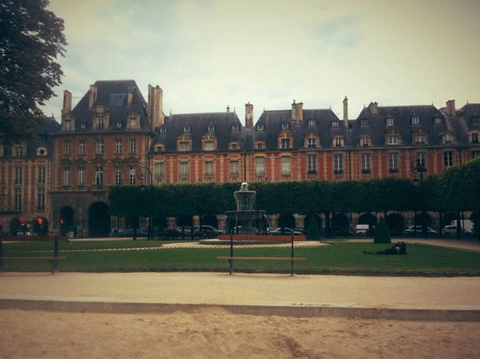 🔶Places des Vosges🔶 (https://www.instagram.com/p/BjfIE9Og3cR/?taken-by=jkvdtsar) (https://jkvdtsar.com) Paris France Capital Park Buildings Fountain Sand Clouds Ville IleDeFrance Placedesvosges Place Des Vosges Politics And Government City Cityscape Architecture Sky Building Exterior Palace Historic Castle Government Building Historic Building Drinking Fountain The Past Fort Fortified Wall Sand Dune Government Parliament Building