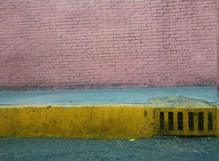 Hay amores de coladera y hay amores para siempre. Yellow Pink Color Minimal Minimalism Photooftheday Minimalobsession Minimalism Minimal EyeEm Minimal_mood Multi Colored No People Textured