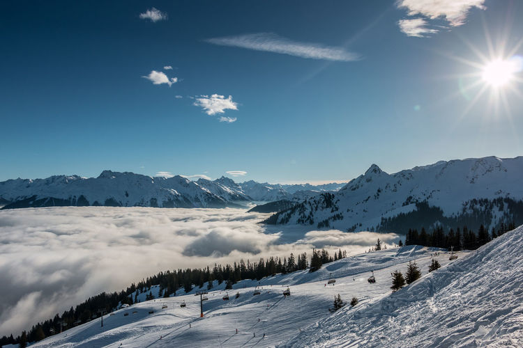 Snow and sun on the top of the mountains and fog down the valley Berge Gebirgsbach Nebel Schnee Skiing Skiing In Austria 👌 Wintersport Wintersportgebiet Berg Cold Temperature Fog Gebirge Montains    Mountain Mountains Ski Ski Fahren Skigebiet Snow Sun Sunlight Winter Wintersportarea Wintersportregion Wintersports