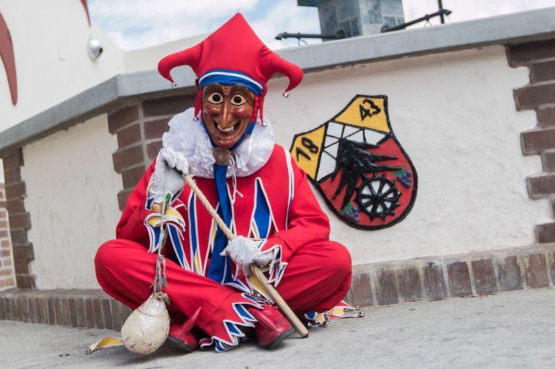 Los #Jokili de la Colonia Tovar, visten de rojo y tienen además azul y amarillo para representar nuestros colores de la bandera. Para traerlos, el señor Pablo Durr tuvo que pedir permiso a la organización de Jokili en Endigen, Alemania Arlequín Carnavales Jokily German Culture Venezuela Streetphotography Carnival