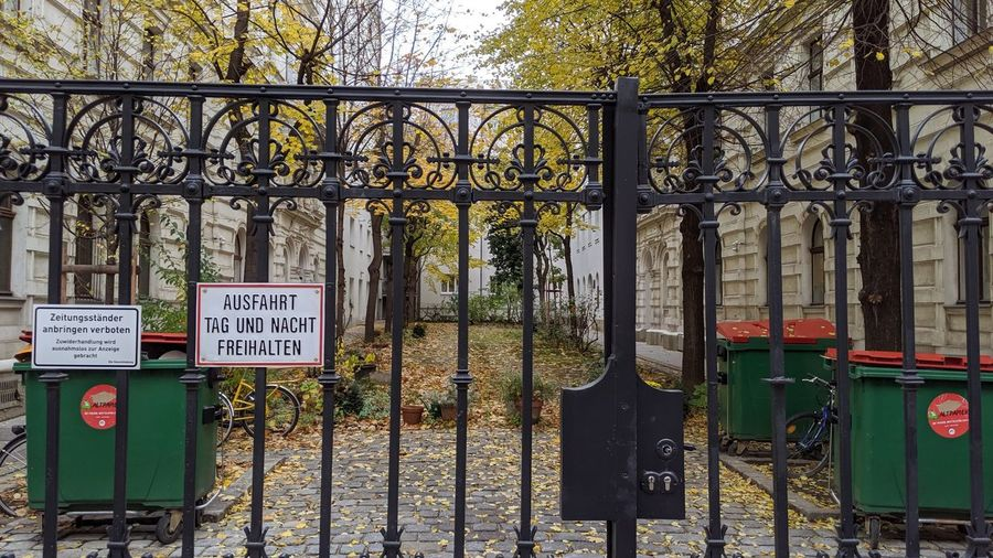 Information sign on metal gate