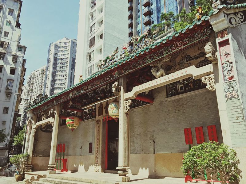 Hello World Hello Hong Kong Temple Temple - Building Architecture Built Structure Skyscraper Contrasts Low Angle View City Eye For Details Streets Of Hong Kong Hello China Taking Pictures Click Click 📷📷📷 Real Life City Life Hong Kong Art Is Everywhere ASIA China Throughmyeyes Sunny Day Sunny