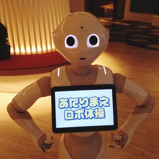 Hello, Pepper ペッパー ! this hotel's great robot employee welcome you. ええ社員さんがおでむかえ。 Robot ロボット