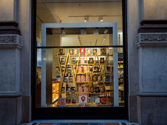 ~7日間イタリアの旅~ ミラノのシンボル、ガッレリア 本屋さんのショーウインドウ Book Store Cityscape Italia Mirano Architecture Bookshelf Built Structure Display Indoors  Italy No People Shop Store Store Window Street Window