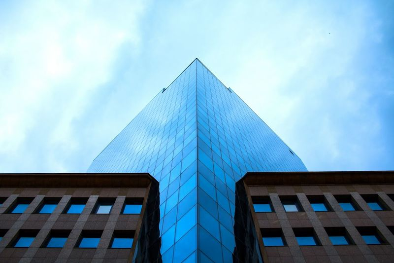Lookingup Building The Architect - 2016 EyeEm Awards Architecture_collection Simetry Symmetry Taking Photos Office Building Reflection Sky Glass - Material High Angle View Street Photography Architectural Detail Against The Sky Cities Of Europe Streetphoto_color