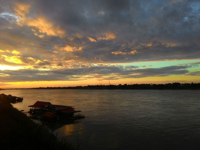 Thailand Peaceful Place Light And Shadow Sunset_collection Sunset Silhouettes Sunset #sun #clouds #skylovers #sky #nature #beautifulinnature #naturalbeauty #photography #landscape Sunset_collection The Mae Khong River Nongkhai Moment Of Silence Moment In Thailand sunset