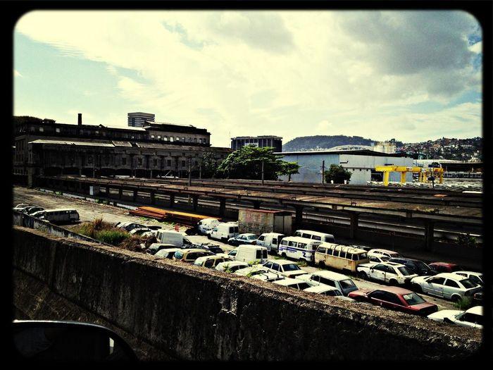 Esta era a estação Leopoldina...uma pena terem abandoando ou estar abandonado o sistema ferroviario do Rio (e do Brasil)