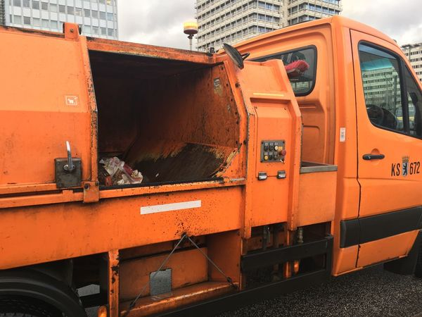 Keine Ahnung … aber es riecht nach Kaugummi Vehicle Street Orange Color Orange Bsr Trash Outdoors No People