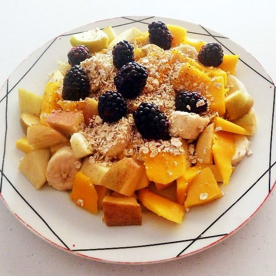 Mango + Apple🍎 + Banana🍌 + Blackberries // Topped with: Oats and amaranth 😋🙆❤ ---------------------------- Fruitsalad Fruit Fruitlovers Frutarian Breakfast Blackberries Mango Mangoes Apple Banana Oats Food Foodporn Healthy Healthyfood Blogilates Blogilatescommunity Popster Popsters Comidasana ComidaSaludable Fruta Cleaneating Vegan Vegetarian food comida bloggermexicana