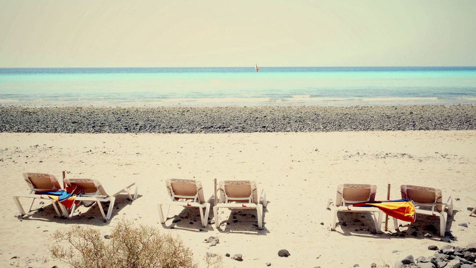 Sechs leere Liegestühle im Sand am Meer Beach Beauty In Nature Day Horizon Over Water Landscape Liegestühle Nature No People Outdoors Sand Scenics Sea Shore Sky Tranquil Scene Tranquility Vacations Water