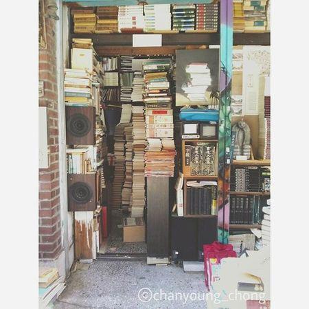 🙌책은 마음의 양식이다🙌 Books are food for the soul 책을 가까이하면 할수록 마음이 풍요로워지는 것 같다😃 대한민국 부산 책거리 책 거리 가족이랑 여행 사진 책은마음의양식 Korea Busan Bookroad Book Road Travel Travelgram Withfamily Photo Booksarefoodforthesoul