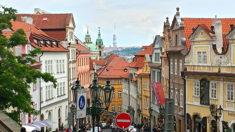 Famous Places Visiting Prague Learn & Shoot: Leading Lines Historic Center Historical Buildings Street Photography Prag Kleinseite Learn & Shoot: Layering Old Street Lamp Prague Beliebte Fotos