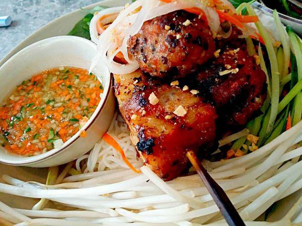 Vietnamese fusion: pork skewers vermacelli Vietnamese Food Fusion Food Food Porn Yummy