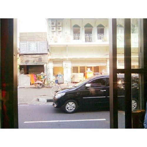 di Malioboro difoto waktu di Halte Transjogja itu bangunan Librarycenter