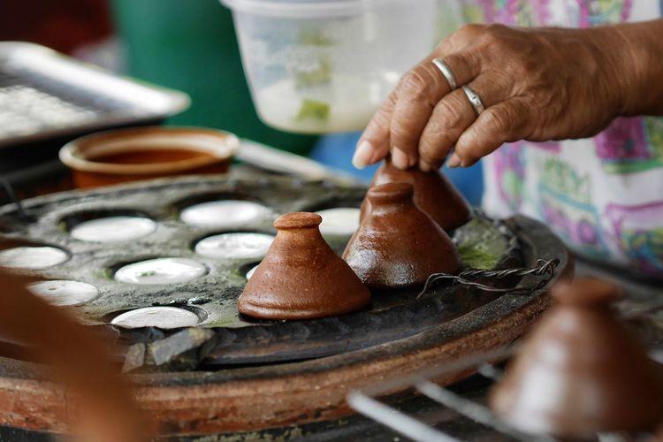 เครื่องปั้นดินเผา Porter Pot ขนมครก Hand Cooking Human Hand Working Occupation Men Skill  Craftsperson Clay Earthenware Senior Adult Preparation  Body Part Finger Index Finger Human Finger Molding A Shape Pottery Craft Instrument Maker