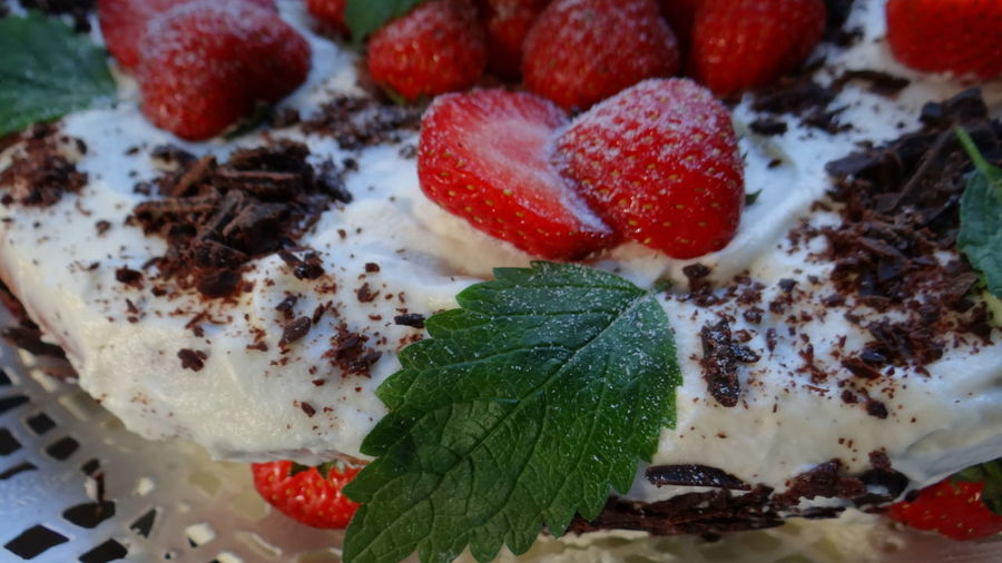 Sponge cake with cream, strawberries and decorated with chocolate leaves lemon balm lemon. Бисквитный торт с кремом, клубникой и шоколадом украшенный листочками мелиссы лимонной. Birthday Cake Biscuits Cake Cakes Cake♥ Chocolate Chocolate Cake Chocolate♡ Close-up Cream Food Freshness Holiday Indulgence Macro Macro Photography Macro_collection Macrophotography Melissa Melissaoc Photography No People Sponge Cake Still Life Strawberry Strawberry Cake