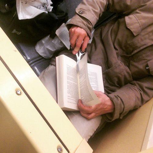 Der Kölner Tram-Scherenmann bei der Arbeit. Liest jede Seite und schneidet sie danach aus dem Buch!? WTF ? Kvb Linie1