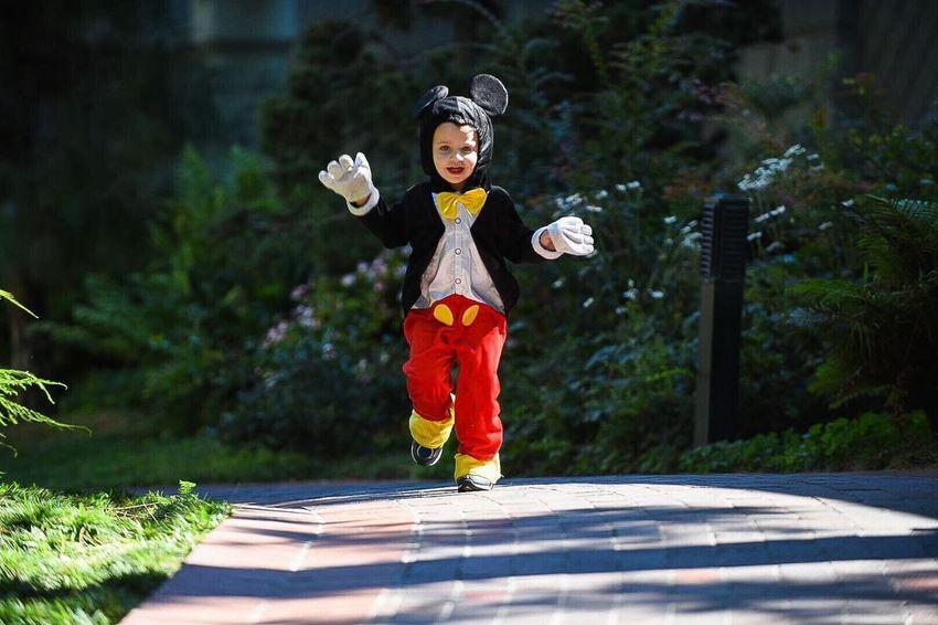 Childhood Holloween October Boys Mickey Mouse Costume Dress Up Sidewalk Boy Running Toddlerlife Lifestyles Mask - Disguise Outdoors Happy Happy Kid Costume Contest Trick Or Treat Trick Or Treating Boyhood Best EyeEm Shot Disneylandresort DisneyWorld