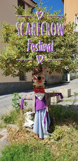 Scarecrow Festival EyeEm Best Shots Eye4photography  EyeEm Gallery EyeEmBestPics EyeEm Trees Treescollection Tree Scarecrow Scarecrows Scarecrow Festival Scarecrow...👒🌾 Scarecrow_contest Clothes Flower Text Plant Purple Street Art Lavender
