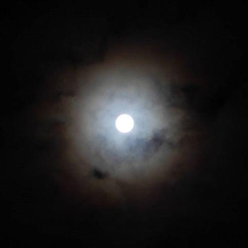 Pilnmēness aiz mākoņiem Mēness Pilnmēness Mākoņi Nakts Debesis Latvija Riga Moon Fullmoon Clouds Night Sky Latvia Riga