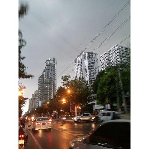 ณ 8.20น.@ซอบทองหล่อ มืดมาก เช้าบ้าอะไร เปิดไฟตอนเช้านะ เมษาหน้าฝน ดี๊ดี