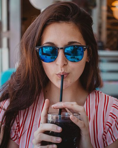 Estilo Headshot Sunglasses Fashion One Person Portrait Glasses Lifestyles Real People Women Drink Young Adult Front View Adult Beauty Beautiful Woman Holding Refreshment