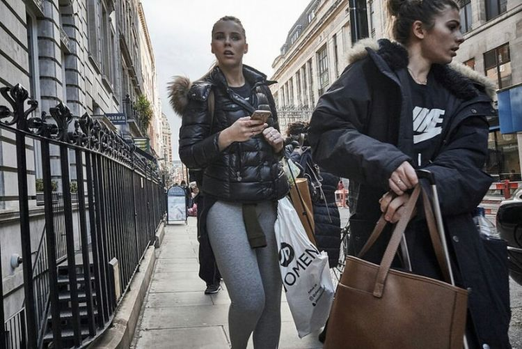 Young Women Outdoors Street London London London!!! Sidewalk Londononly Fitzrovialitter Streetphotographer Streetdreamsmag Street Photo Candid Photography Street Photography Streetphotography Urban Life LONDON❤ London Streets Building Exterior City Street Candidshot Girl Jeans London Calling Londonstreets Urban Streetphoto