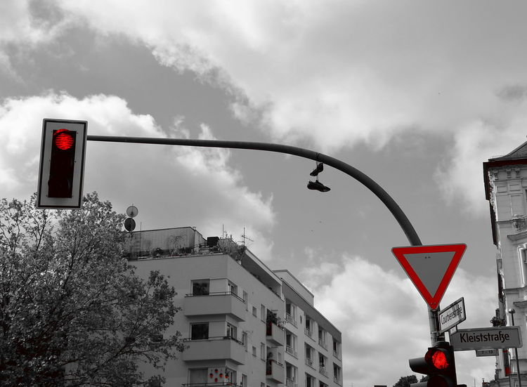 Shoefiti Shoefitti Traffic Sign Traffic Shoes Shoes ♥ Blackwhitered Humour Cloud - Sky Stoplight Outdoors Road Sign No People Streetlife Berlin Photography Simply Beautiful Street Photography The Street Photographer - 2017 EyeEm Awards Trafficlight Ampel Stop Schuhe Deko Schuhe  Funny Lustig Sneakers Redlight BYOPaper! Out Of The Box Discover Berlin