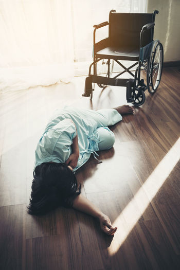 Disabled patient fallen from wheelchair due to heart attack